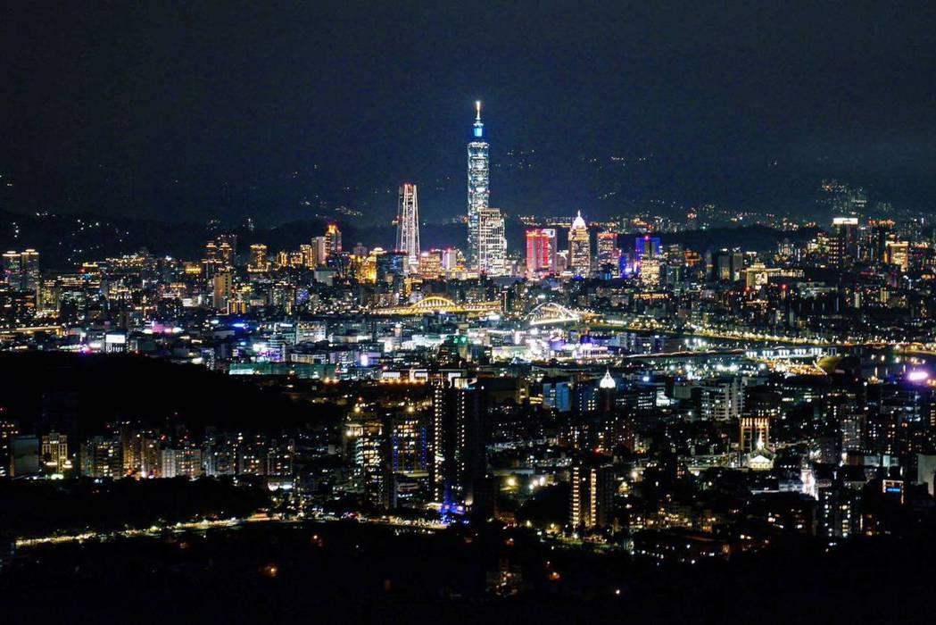 碧山巖還可俯瞰台北百萬夜景。 圖/黃仕揚 攝影