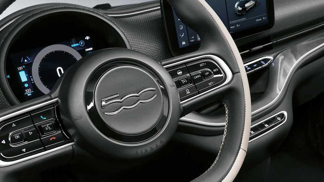 第三愛Fiat 500方向盤如同車頭設計,取消廠徽配置,改以車名「500」呈現新...
