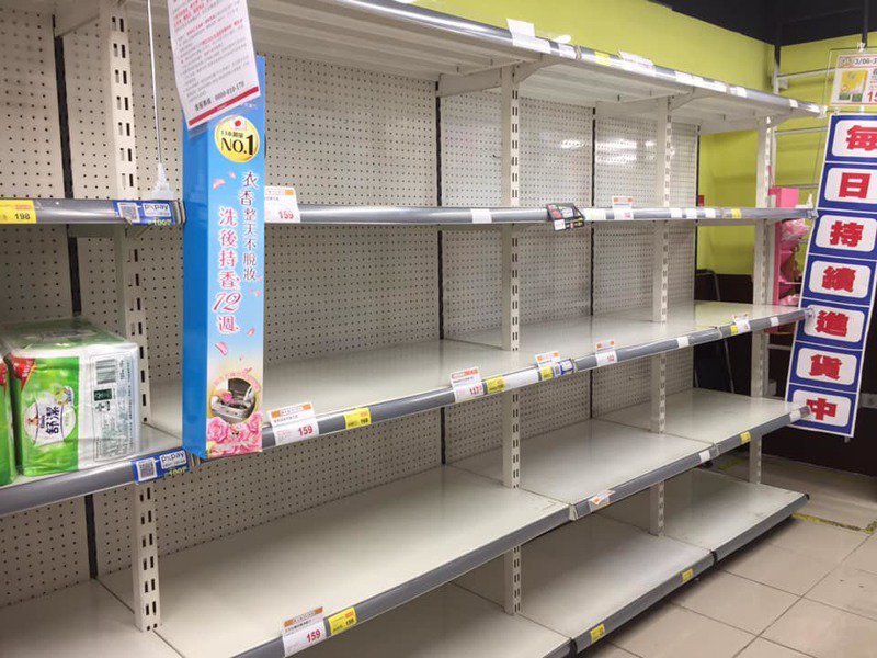 一名女網友到全聯超市買衛生紙,卻發現貨架上空蕩蕩,讓她擔心搶購潮又出現。 圖/翻攝自「我愛全聯-好物老實説」臉書
