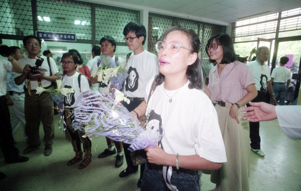 「獨臺會案」在1991年8月首次審理,圖為被告王秀惠、陳正然等人捧著百合花步入法庭。  圖/聯合報系資料照
