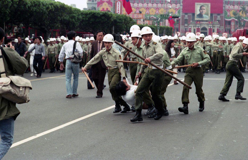 100行動聯盟部分成員在總統府前進行「反閱兵」行動,遭到憲兵暴力驅離。攝於1991年10月8日。 圖/聯合報系資料照