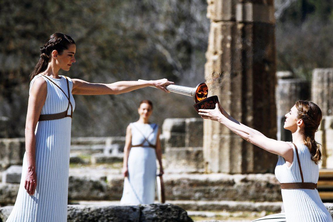 圖為2020年3月12日在希臘舉行的聖火點燃儀式,因為疫情緣故首度以無民眾參加觀...