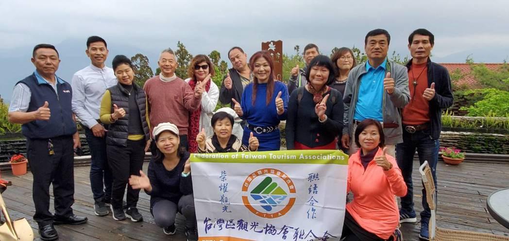 台灣區觀光協會聯合會理事長余紫菱率會員們到清境農場訪問經營民宿的會員,實際了解業...