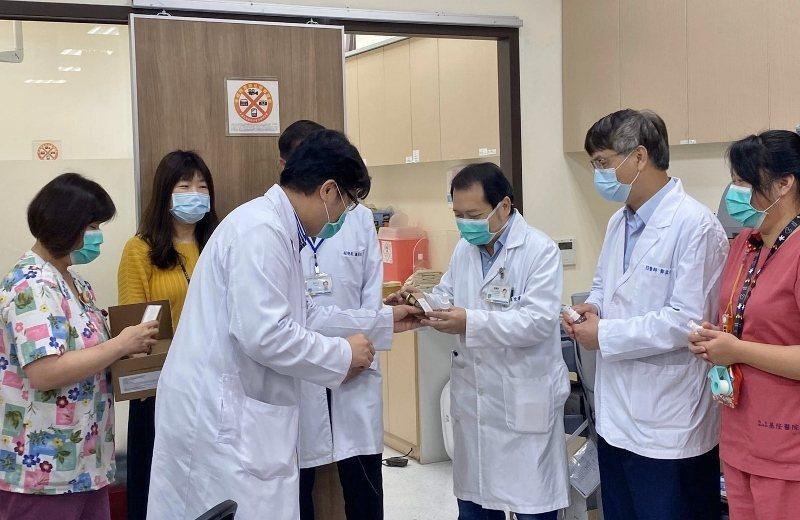 衛福部基隆醫院院長林慶豐(前)表示,童顏有機捐贈的護手霜真的可以鼓勵到第一線的防...
