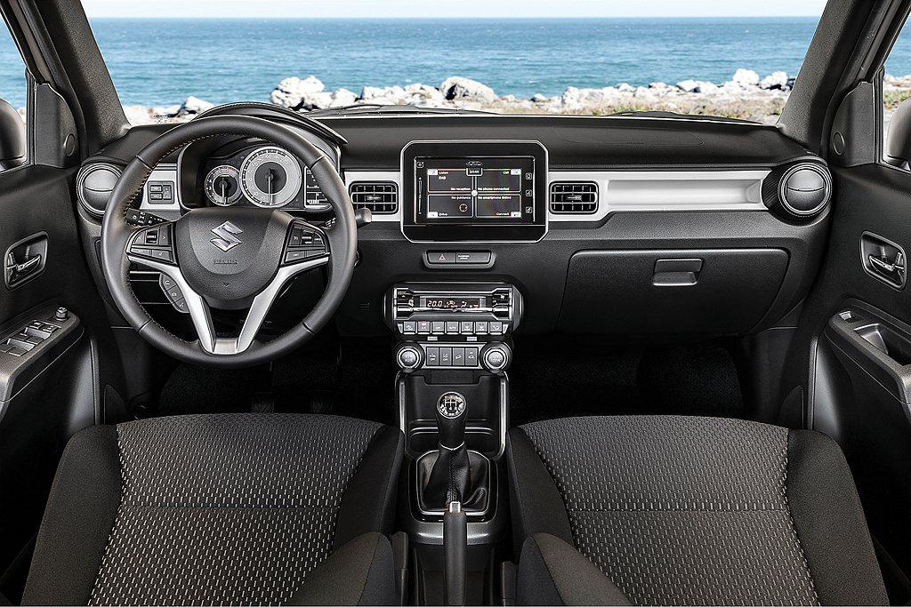 內裝辨識度極佳的儀表板以及觸控式多功能顯示螢幕外,新金屬灰或藍珍珠車內飾板/座椅...