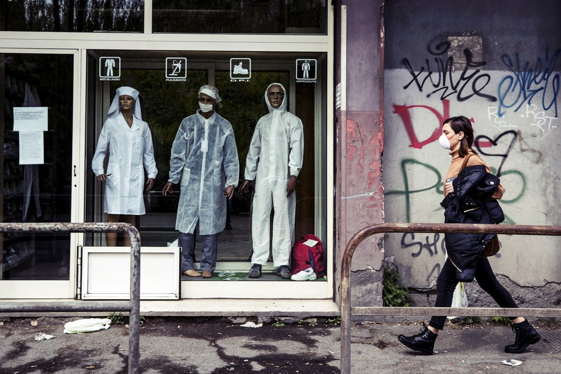義大利政府17日緊急頒布了動員政策,宣布將豁免半年後的「醫師國考」,讓全國1萬名...