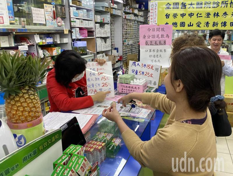 承諭藥局藥師吳玲漢(右)說明,該藥局保留130個名額在晚間六時以後販售,方便上班族購買,到晚間八時,還有50個名額,販售速度反而比前幾天還慢。記者趙容萱/攝影