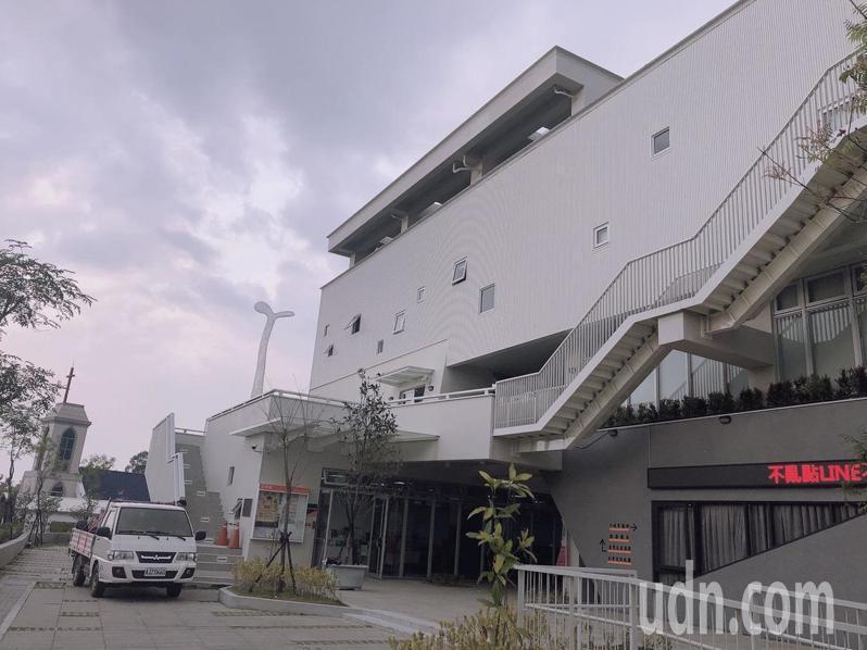 台南市南化區公所地震後拆除重建,整棟建築是白色的工業風。記者吳淑玲/翻攝