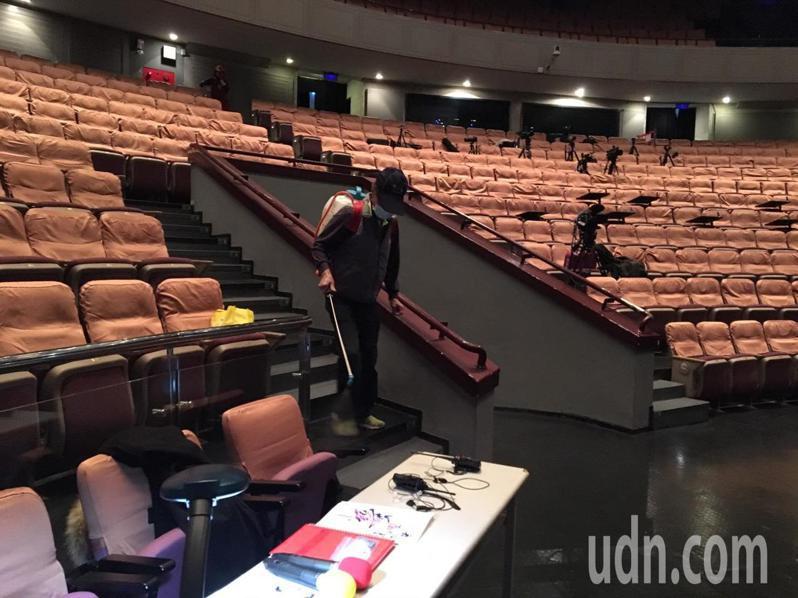 新竹縣文化局各表演場館在使用前後,都會進行環境消毒。記者陳斯穎/攝影