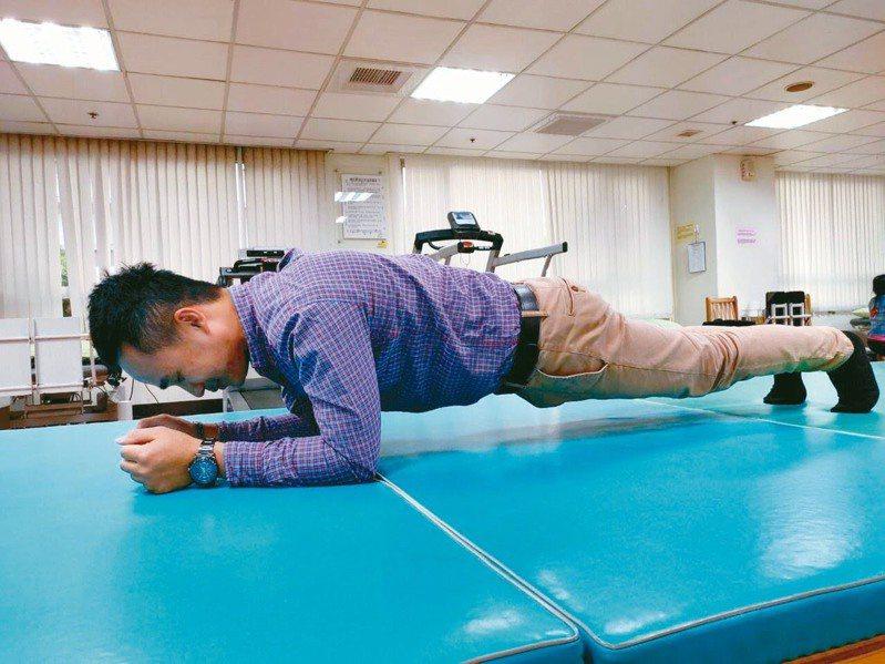 許多人練棒式運動健身,但如姿勢不正確或在堅硬的地面撐地,可能導致手肘受傷,罹患學生肘。圖/南投醫院提供