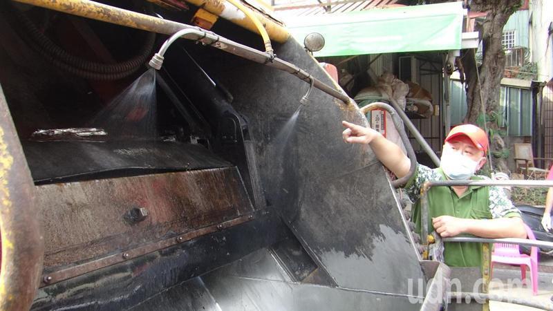 雲林縣率先實施垃圾車加裝消毒水自動噴灑系統,在壓縮垃圾時同步噴消毒水,落實防疫。記者蔡維斌/攝影