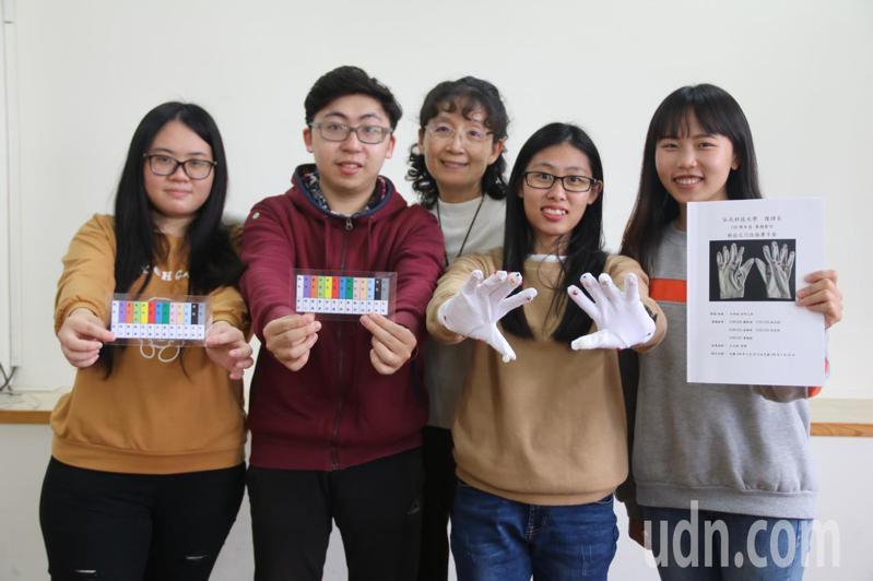 弘光科大護理系副教授王文綺(中)指導學生設計穴位按摩手套。記者余采瀅/攝影