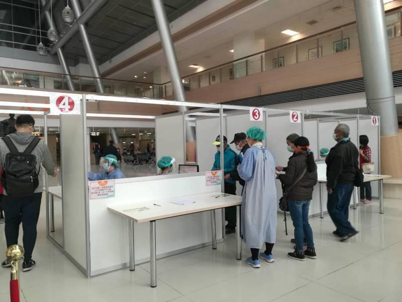 世界衛生組織宣布新冠肺炎成為全球大流行疾病,嘉義長庚醫院公告從16日周一起,訪客探病及入口處開放時間再縮短。圖/嘉義長庚提供