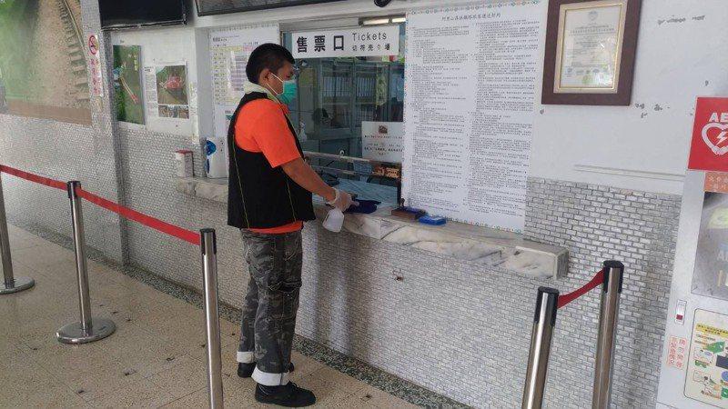阿里山林業鐵路針對旅客較頻繁接觸的車站售票櫃台,以酒精加強擦拭。圖/阿里山林業鐵路及文化資產管理處提供