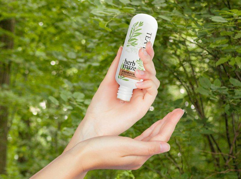 「茶樹精油防護潔手凝膠」內含74%酒精成分,並添加來自花蓮有機農場的茶樹精油、甘油精華,訴求溫和潔淨配方,不刺激、不傷手,讓雙手潔淨又滋潤更多一層保護力。 圖/草繹提供