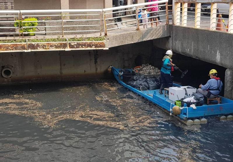 高雄市清潔隊員清理幸福川河面的垃圾。圖/高雄市環保局提供