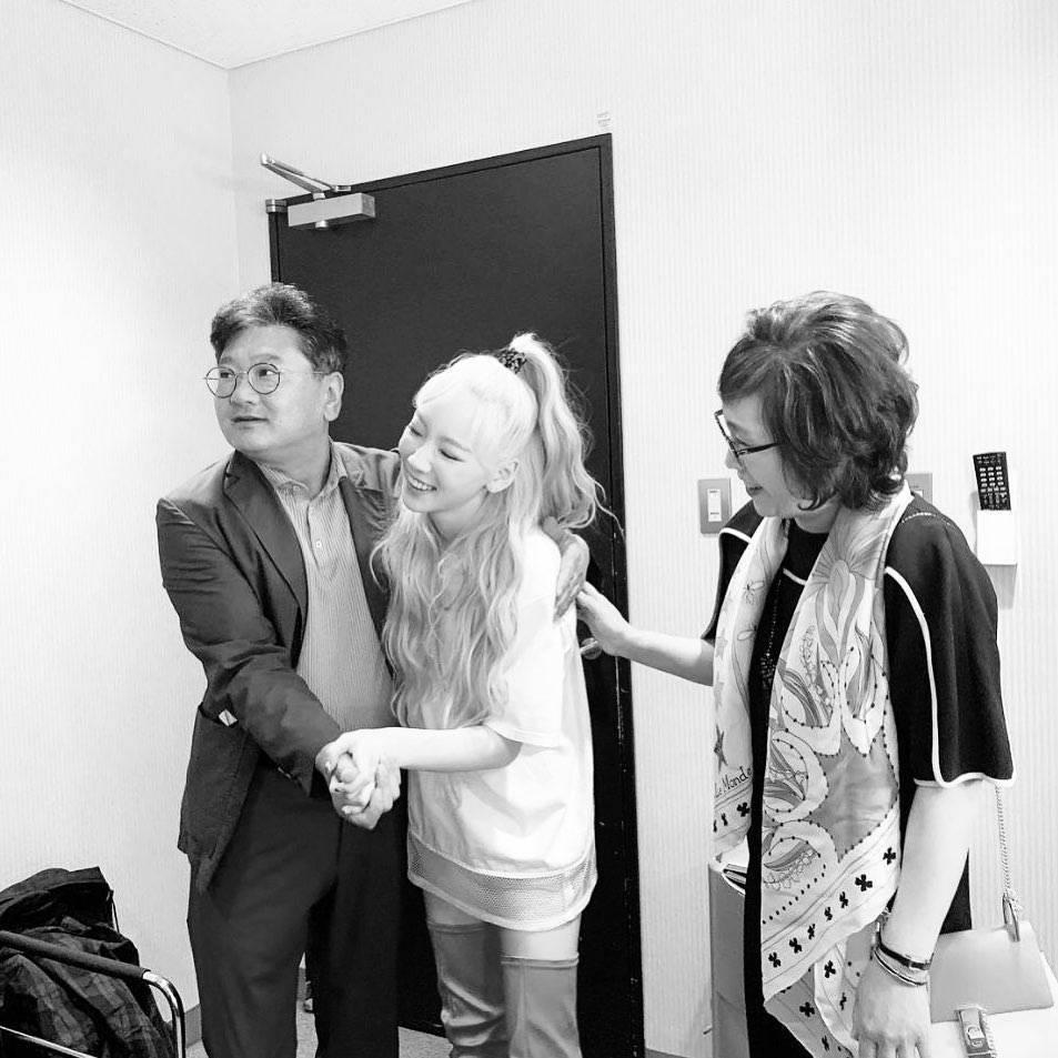 太妍po出和爸爸共舞的黑白合照。圖/摘自IG