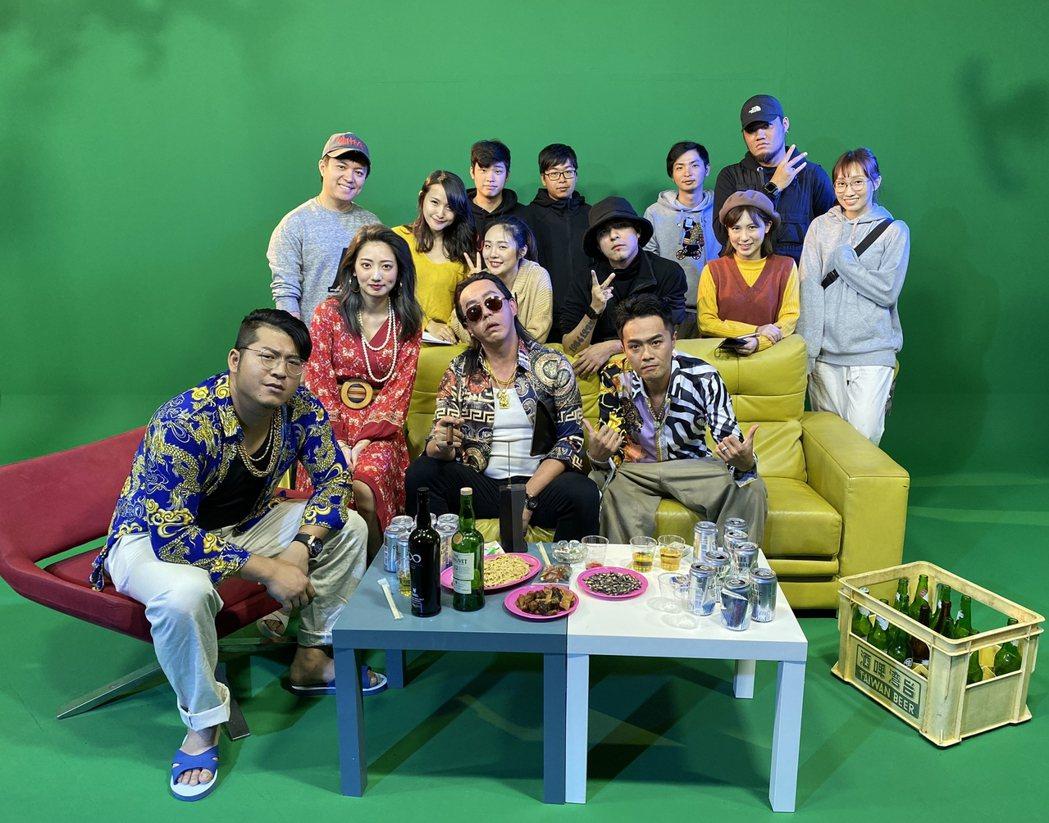 台客電力公司新歌「交陪」MV,邀來嘎嘎(二排右3)掌鏡執導。圖/獨一無二娛樂文化
