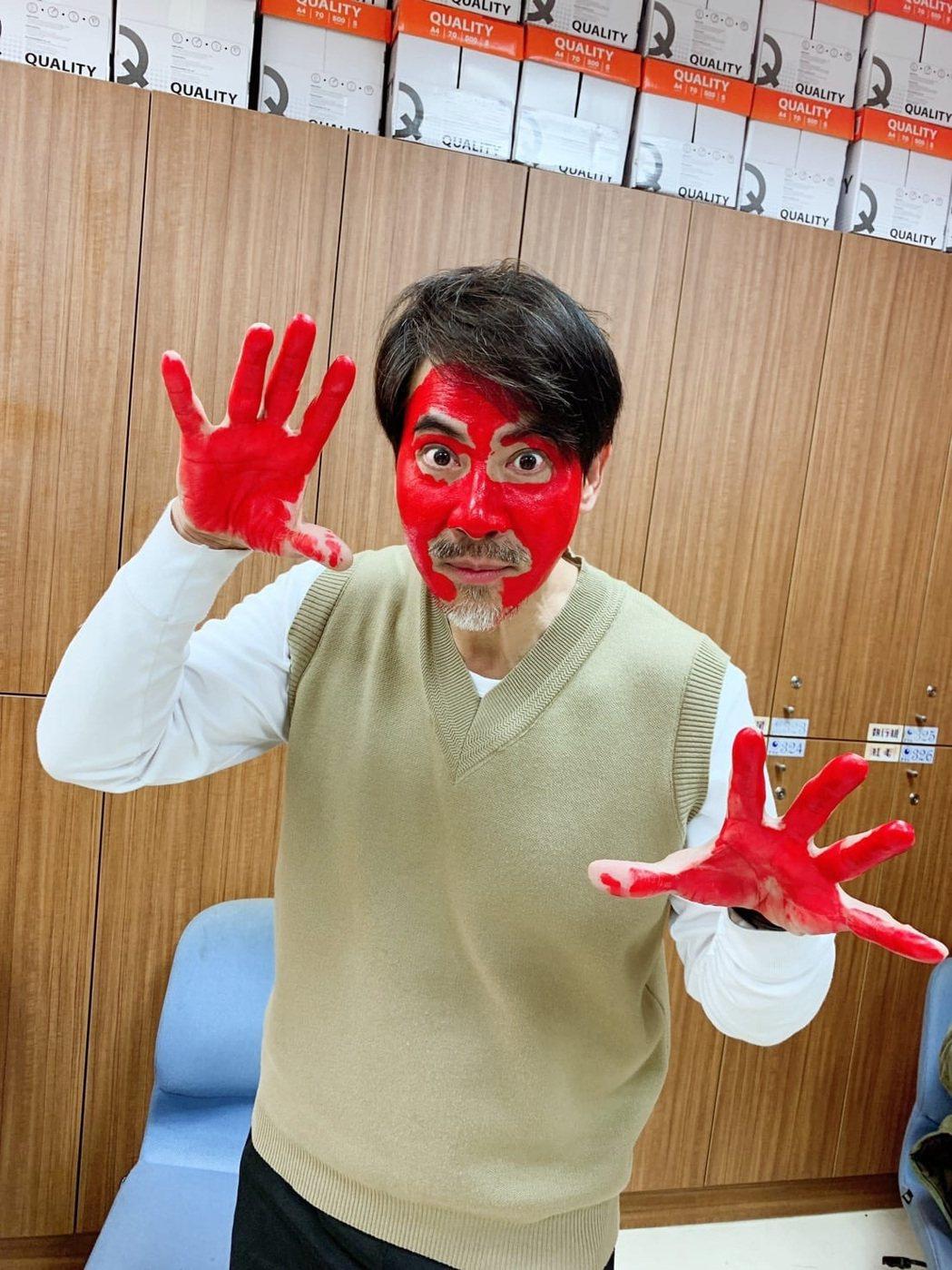 翁家明一聽到演員要被畫上顏料,自告奮勇「我來吧」贏得讚賞。圖/民視提供