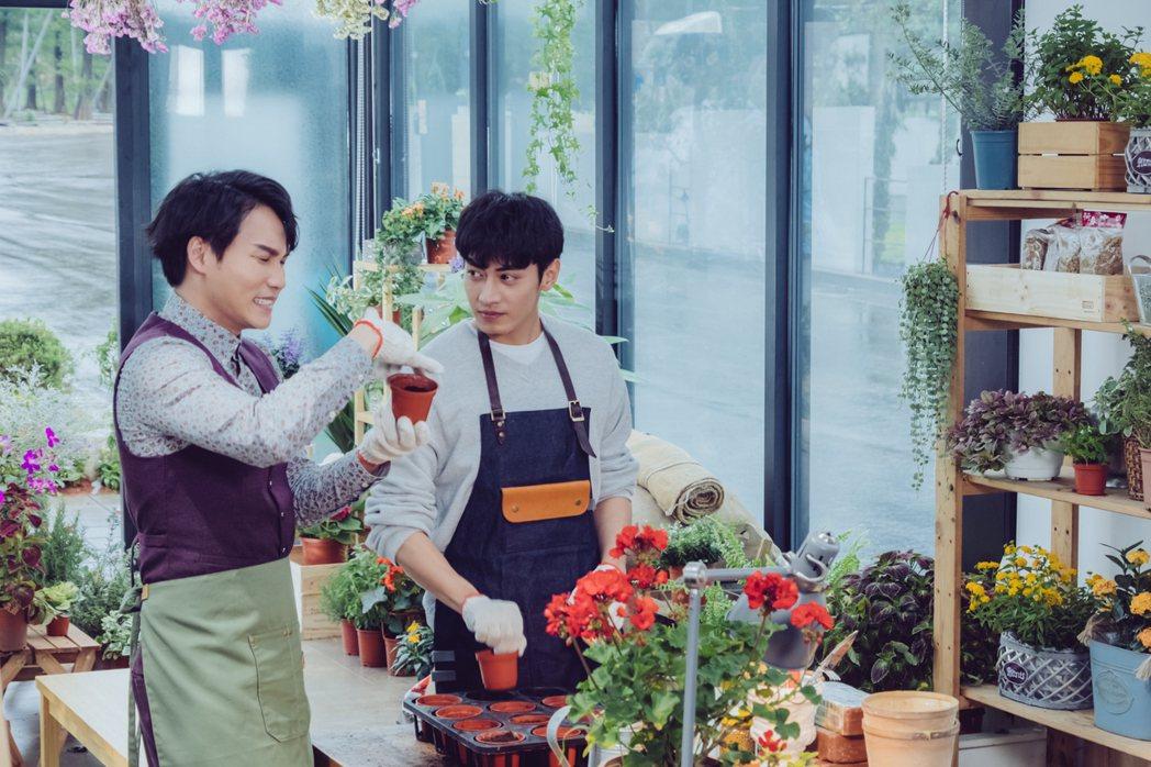 周定緯(左)在劇中飾演宋柏緯的秘書。圖/歐銻銻娛樂提供