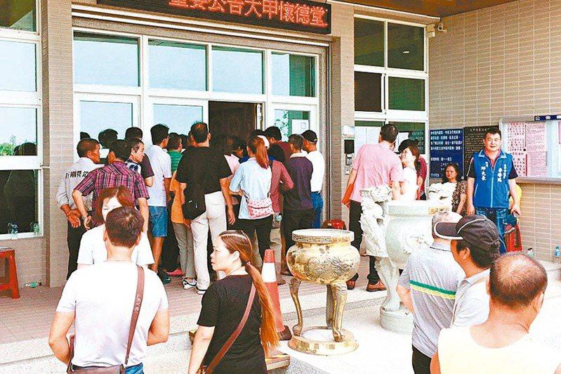 台中市民政局將管制進入納骨塔人數,限50人以下,其餘得排隊進入,呼籲分流提早祭祀。 圖/台中市府提供