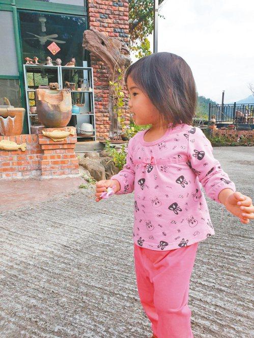 孩子陪伴媽媽到苗栗南庄感受在地的風土人情,其中,這一抹笑最讓人充滿力量! 圖/R...