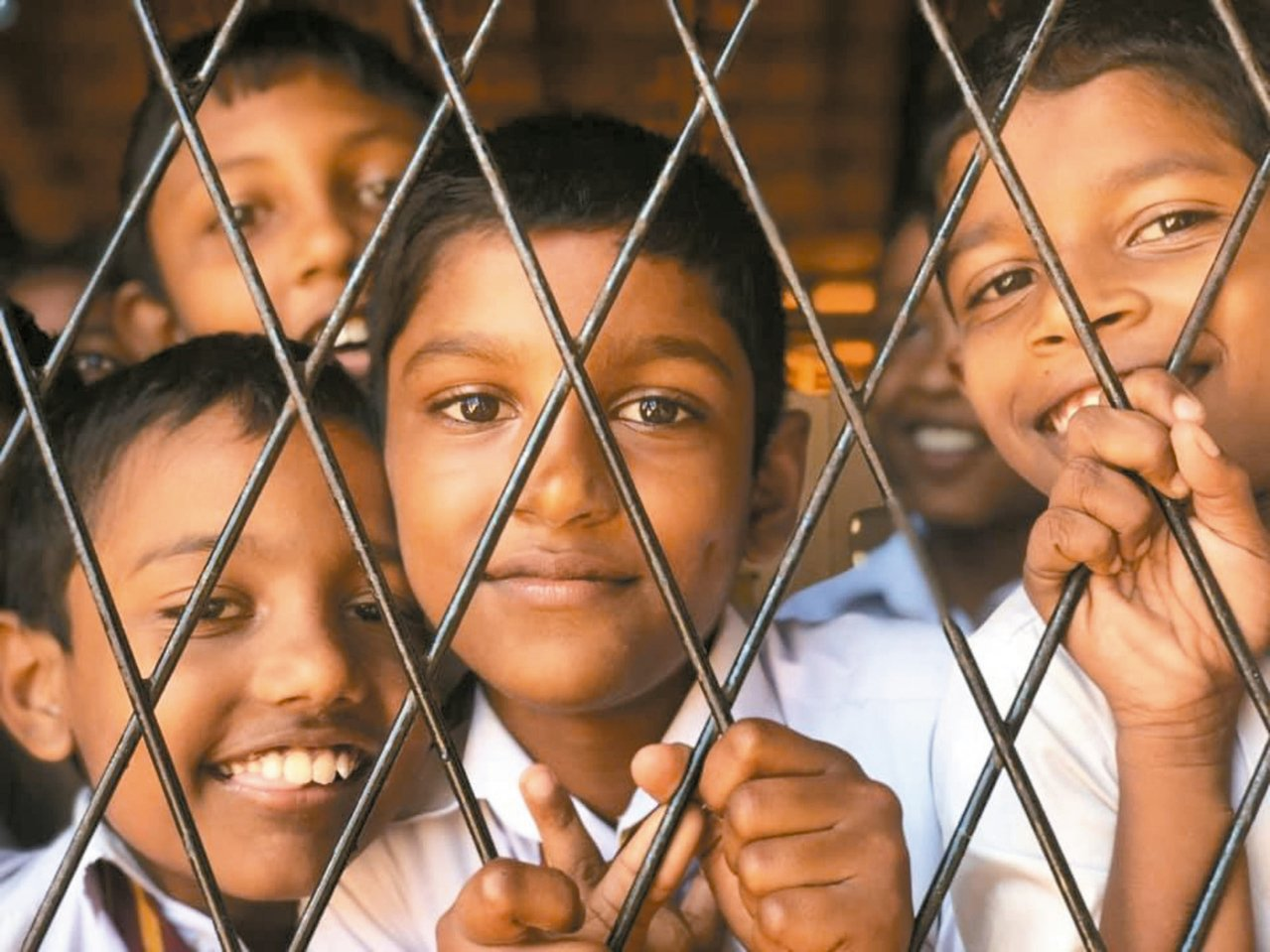 斯里蘭卡鄉下的小學,小朋友熱情的與我們打招呼!純真的笑容,此起彼落的hello…...
