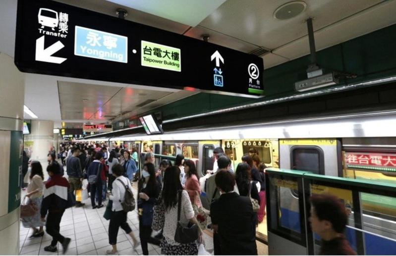 外科醫師江坤俊表示民眾若搭乘大眾運輸工具時應避免坐在冷氣出風口的位置,並表示有許多隱藏的危險點,民眾應避免接觸。 聯合報系資料照片