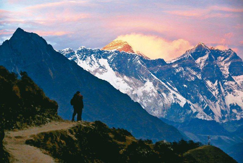 尼泊爾政府十三日宣布,即日起停發聖母峰登山證至四月卅日,已核發者亦將取消。(路透)