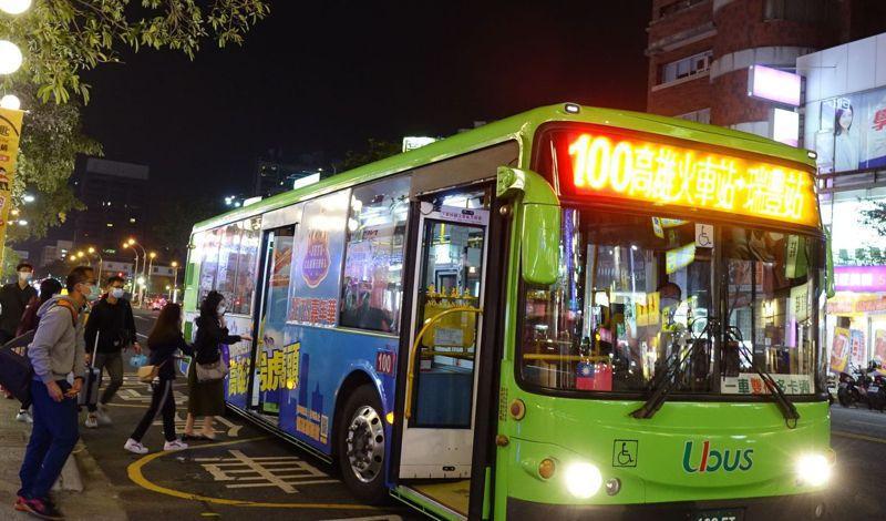 受疫情影響,高雄公車乘客減少約2成5,公車單位還是每天將車內外消毒,讓乘客搭得安心。 記者楊濡嘉/攝影