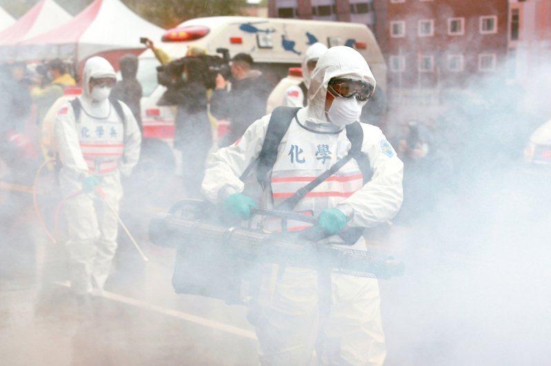 新北市在今天上午進行防範新冠肺炎社區感染超前部署示範演習,化學兵大規模消毒。 記者季相儒/攝影