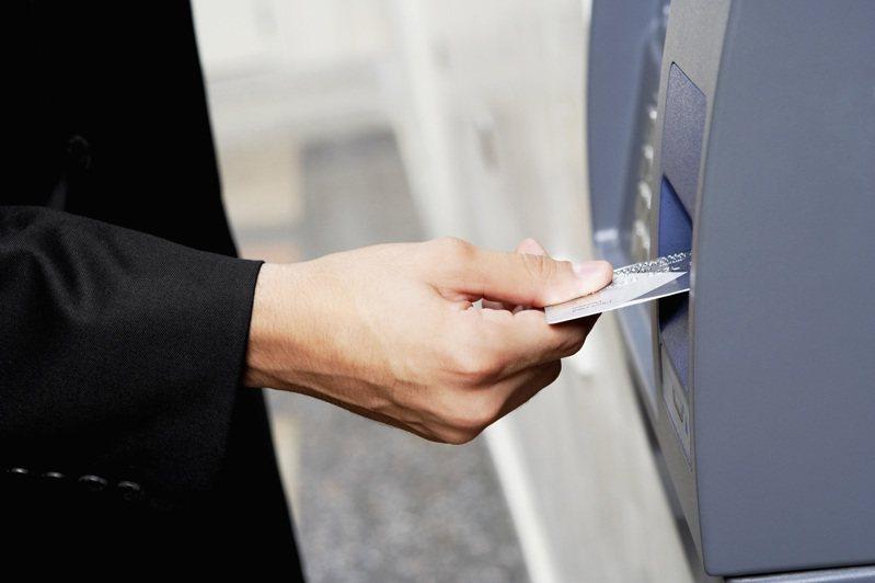 網友忘記了金融卡密碼,急忙申請,結果拿到的密碼函卻沒有最重要的密碼,讓他相當傻眼。 圖/ingimage
