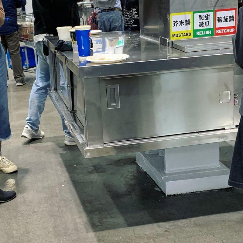 原PO看見有民眾直接在好市多的醬料台上用餐。圖擷自臉書社團「Costco好市多 商品經驗老實說」
