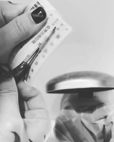 謝和弦13日拿剪刀狠卡配偶欄。圖/擷自instagram。