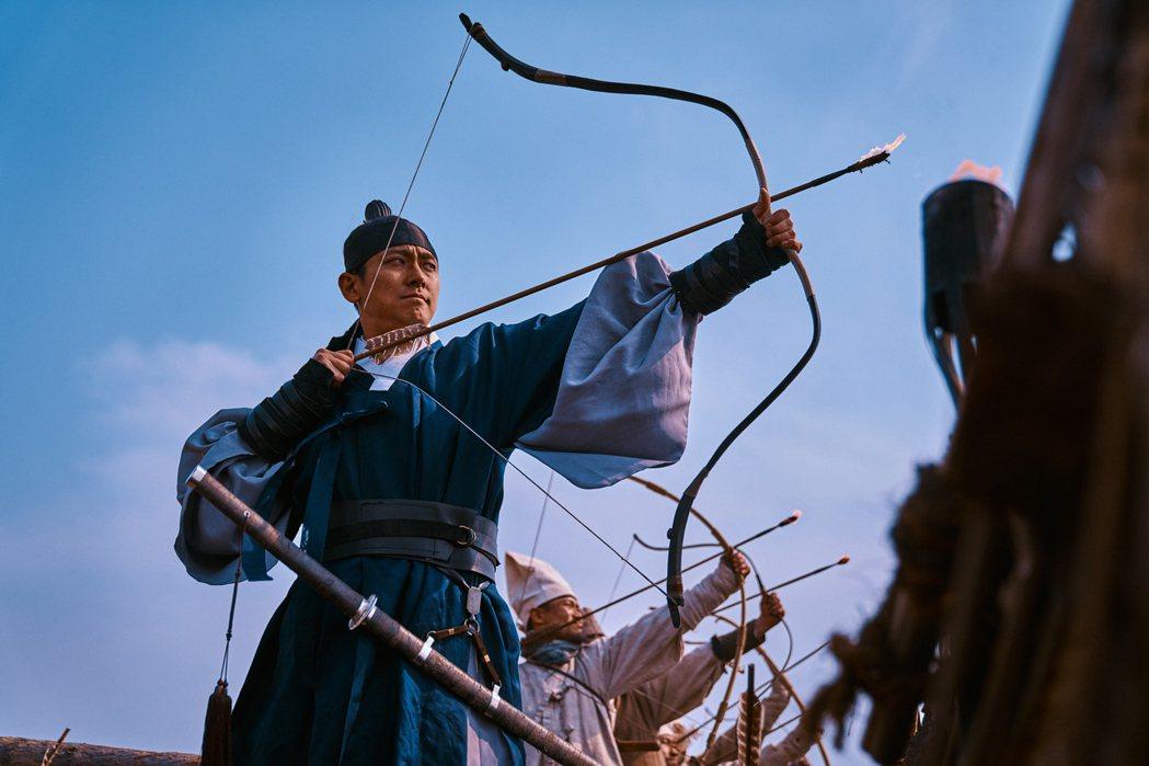 朱智勛帶頭力抗喪屍。圖/Netflix提供