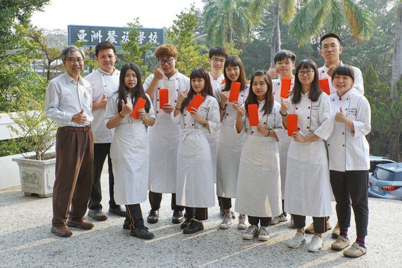 台南亞洲餐旅學校學生參加烘焙、中餐乙級證照檢定,9人獲得乙級證照。圖/亞洲餐旅提供
