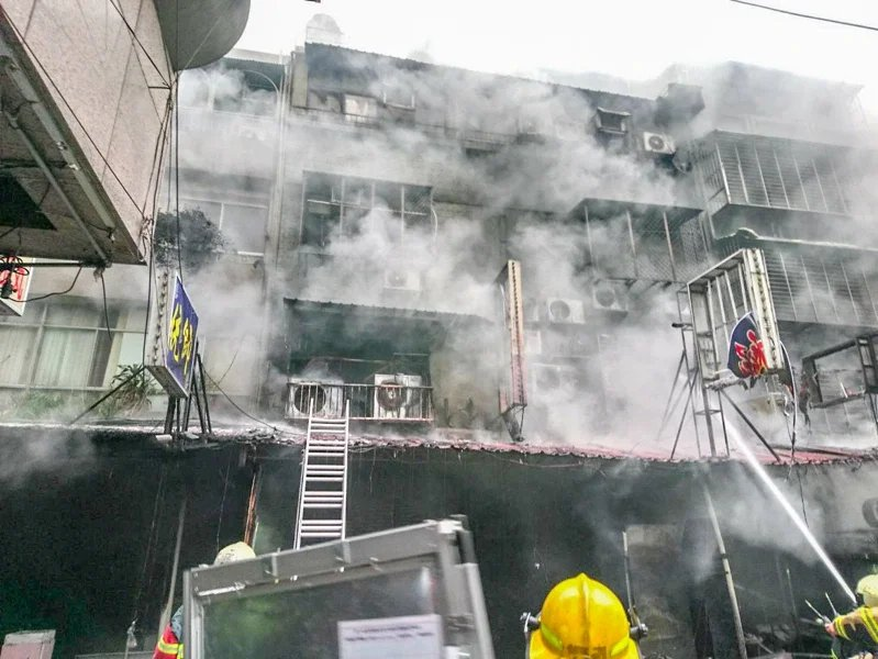 濃煙嗆傷6名中年男女致其失去生命跡象。記者蔡翼謙/翻攝