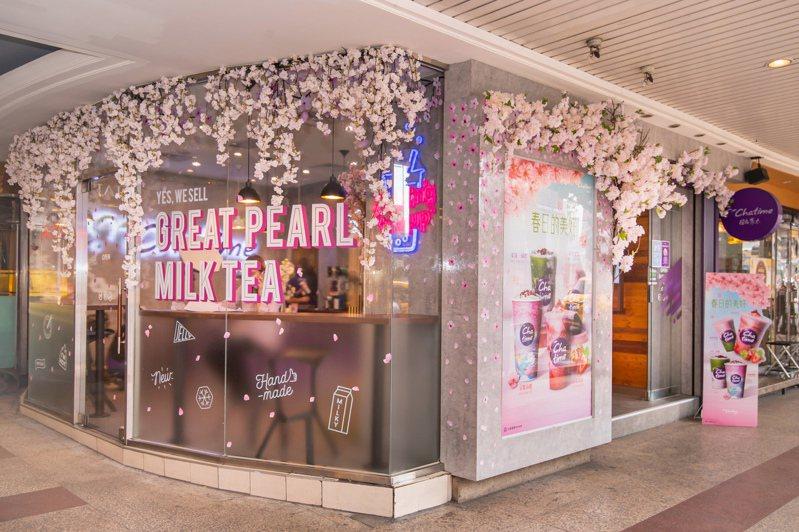 日出茶太天成門市推出「櫻花季快閃夢幻門市」,限時到4月30日。圖/六角國際提供