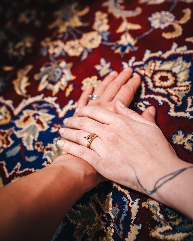 除了雙手交疊並配戴婚戒的甜蜜閃照,歐陽靖並透露婚宴因疫情將暫緩舉辦。圖 / 翻攝...