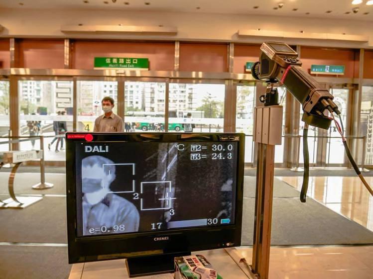 台北101二樓君悅、世貿空橋暫時關閉,目前僅開放一樓信義大門或其他出入口,確實進...