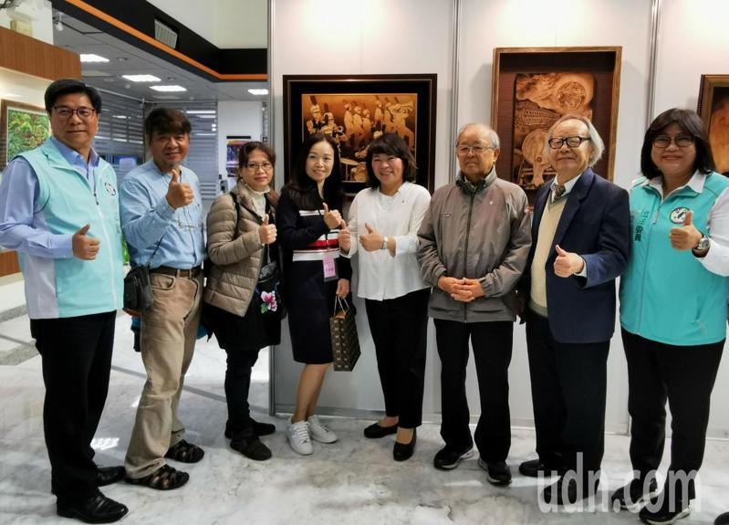 嘉義市長黃敏惠(中),立委王美惠(右),與得獎者、評審老師合影。記者卜敏正/攝影