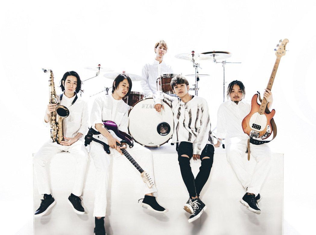 鼓鼓(前排右二)推出「超展開」中文版MV。圖/相信音樂提供