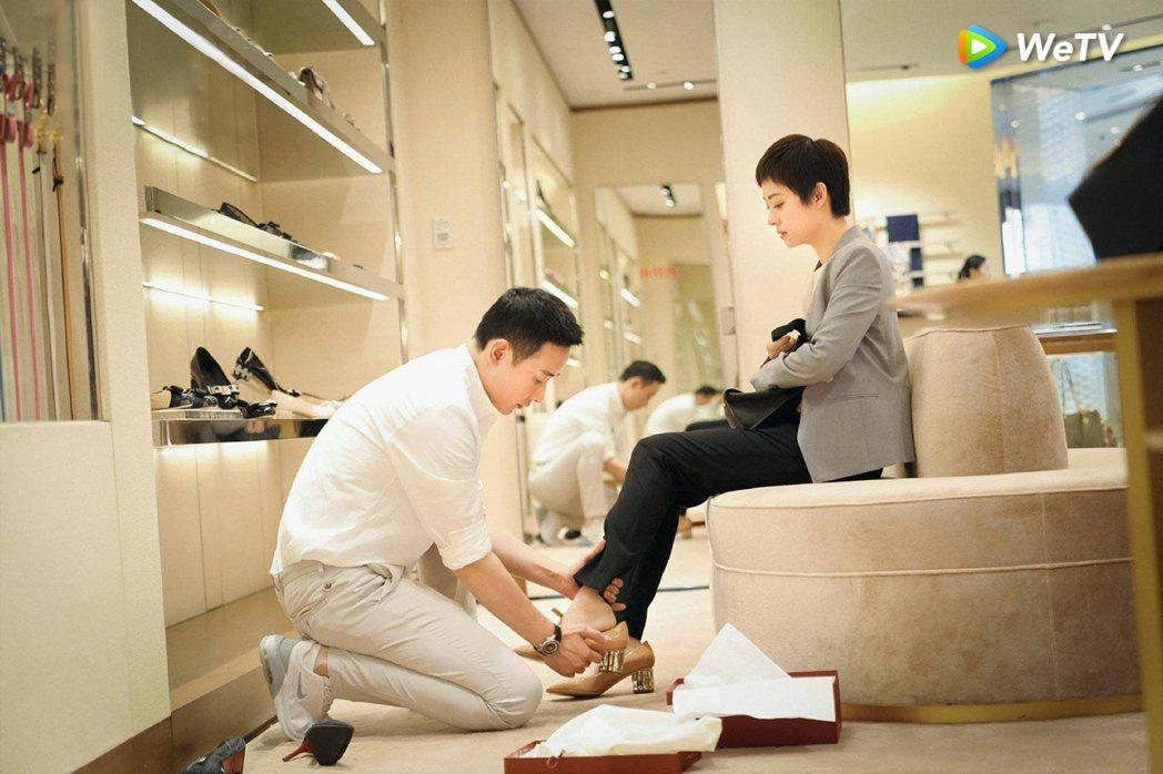 羅晉(左)在「安家」戲中買名牌高跟鞋送給孫儷,並為對方穿上。圖/WeTV提供