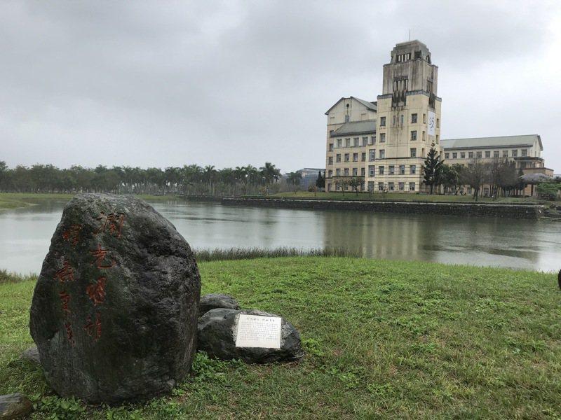 國立東華大學東湖由楊牧命名,湖畔景觀石背後也鐫刻有楊牧等名家的手印。