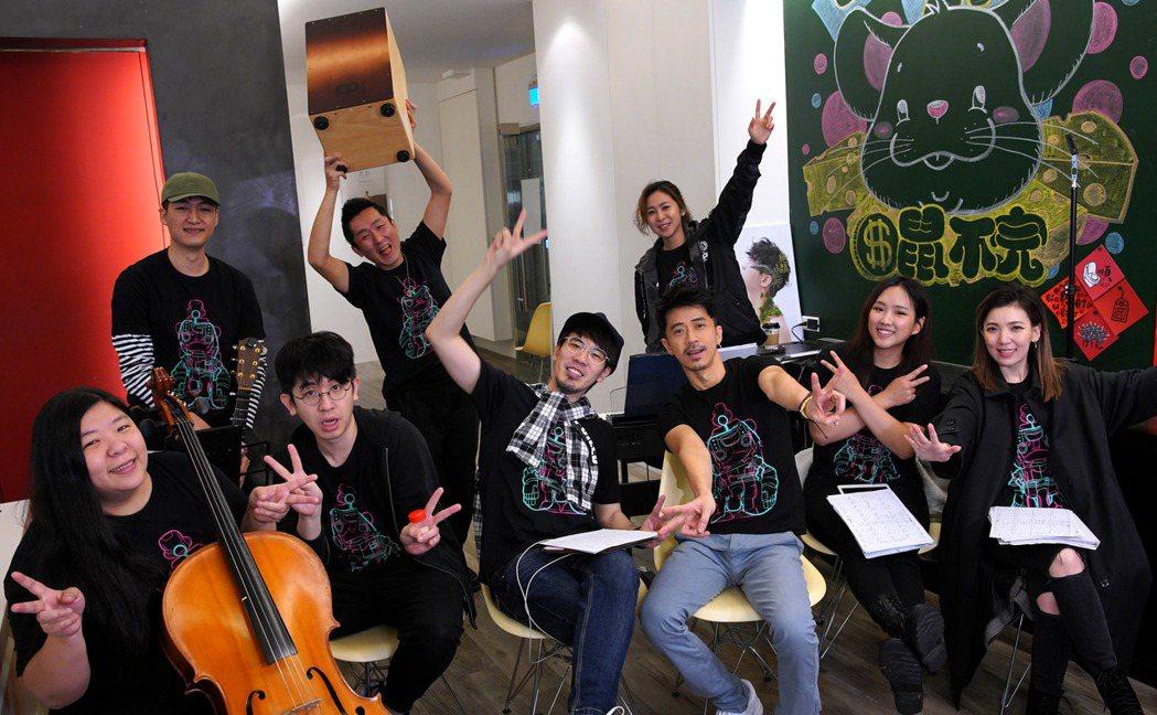 光良(前排右三)無預警舉辦線上演唱會。圖/星娛音樂提供