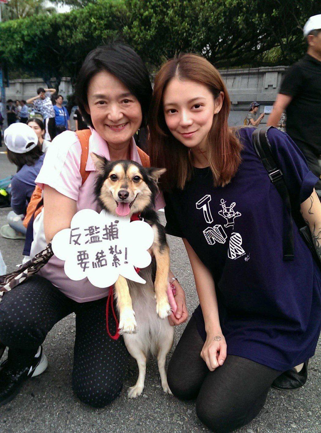 譚艾珍和女兒歐陽靖都是愛貓狗一族。圖/翻攝臉書