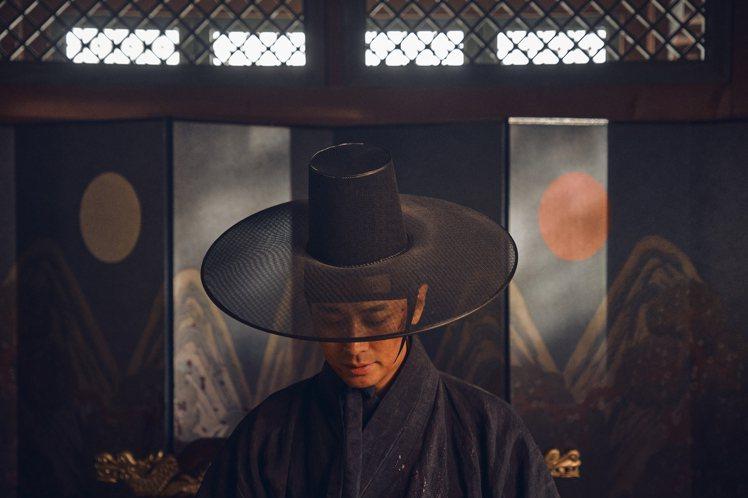朱智勛在喪屍和宮鬥中奮戰求生。圖/Netflix提供