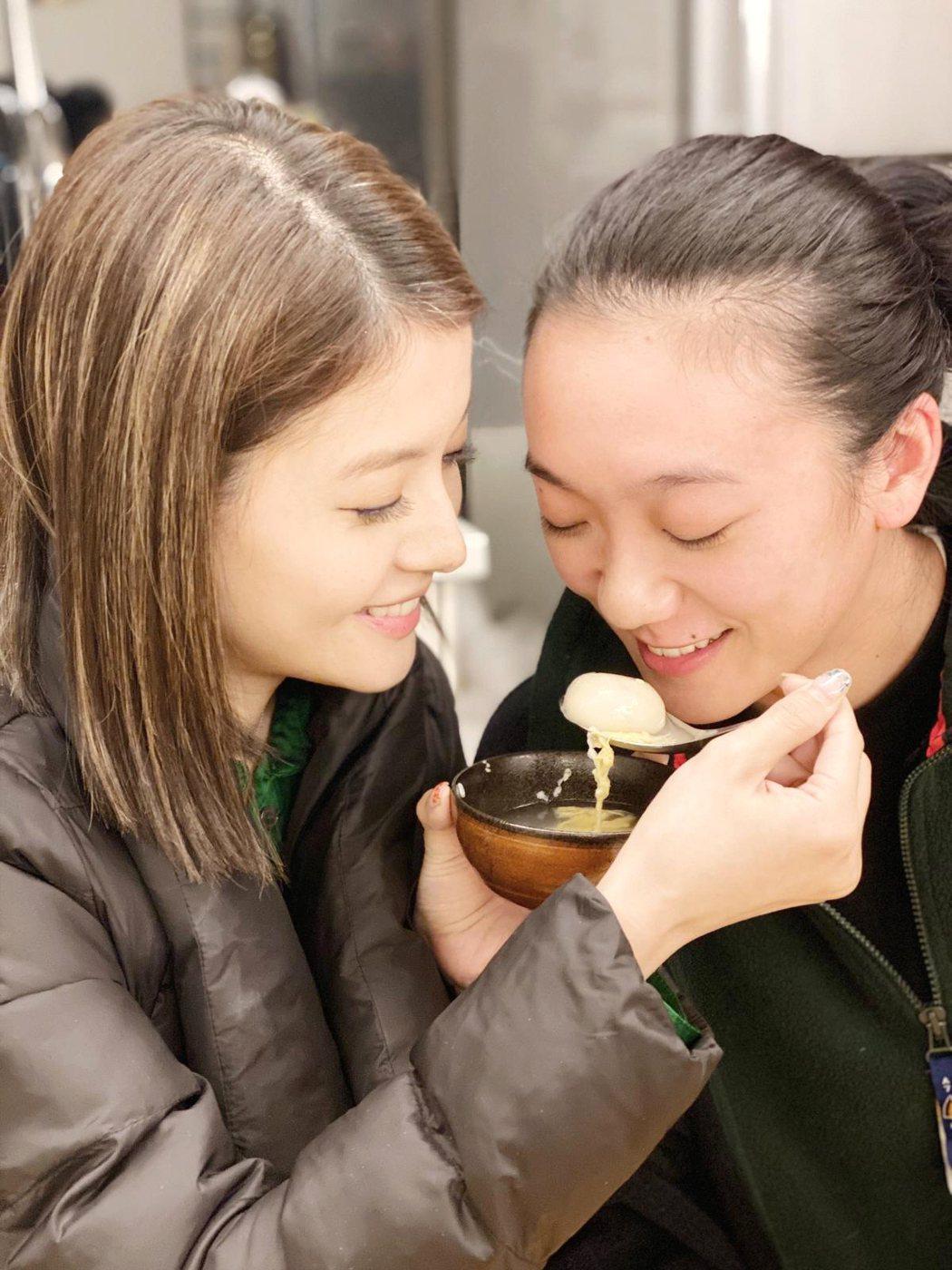 王樂妍(左)與小8上演女女餵食秀。圖/故事工廠提供