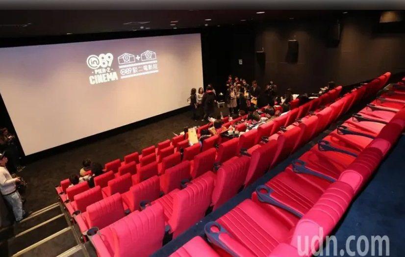 中央流行疫情指揮中心公布「大型營業場所」防疫指引,避免近距離接觸,建議電影院的座...