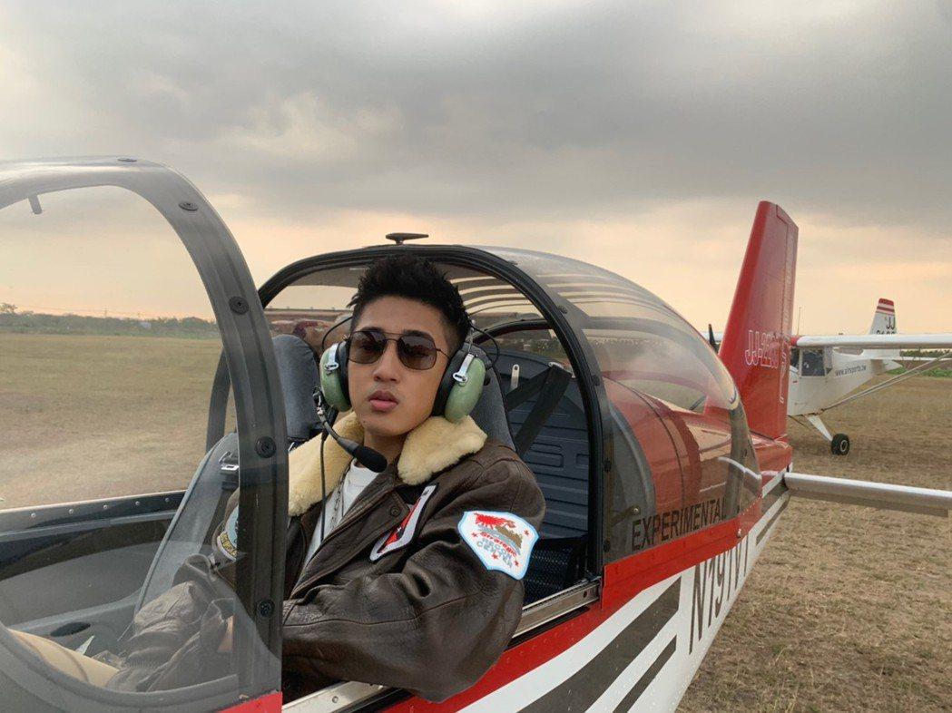 婁峻碩在MV中化身為帥氣飛行員。圖/想不到音樂工作室提供